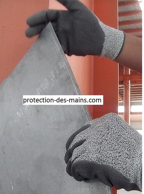 Montage des rails de cloisons de placoplatre : Quels gants de protection ?